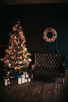 Kerstboom feestelijk versierd met ballen en speelgoed