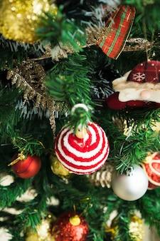 Kerstboom geassembleerd met ornamenten kerstman en anderen selectieve aandacht