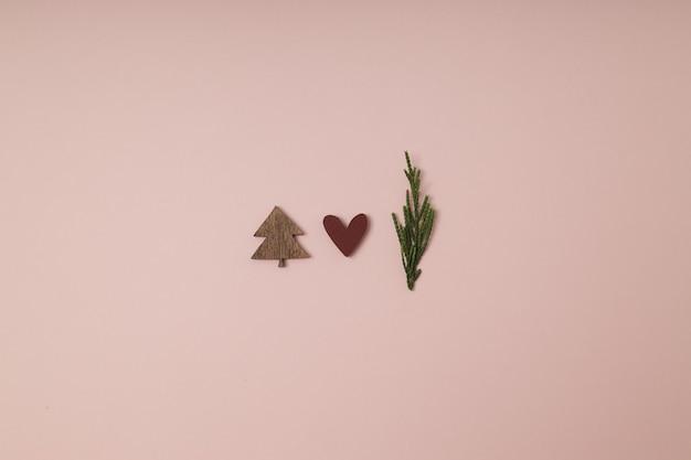 Kerstboom gemaakt met groene waskaars en een rood hartornament minimaal concept creatief winter