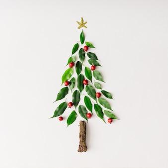 Kerstboom gemaakt van bladeren en tak. plat leggen. nieuwjaar aard minimaal concept.