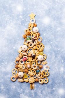 Kerstboom gemaakt van cookies op blauw