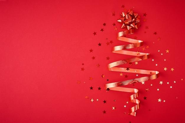 Kerstboom gemaakt van feestelijk lint en confetti