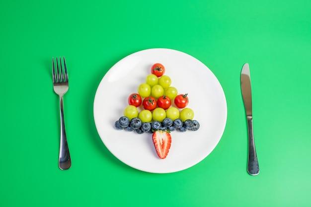 Kerstboom gemaakt van fruit en groenten