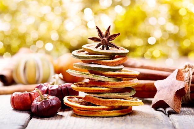 Kerstboom gemaakt van gedroogd fruit en anijs ster op houten tafel