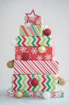 Kerstboom gemaakt van geschenkdozen. alternatieve kerstboom