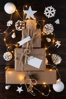 Kerstboom gemaakt van geschenken concept