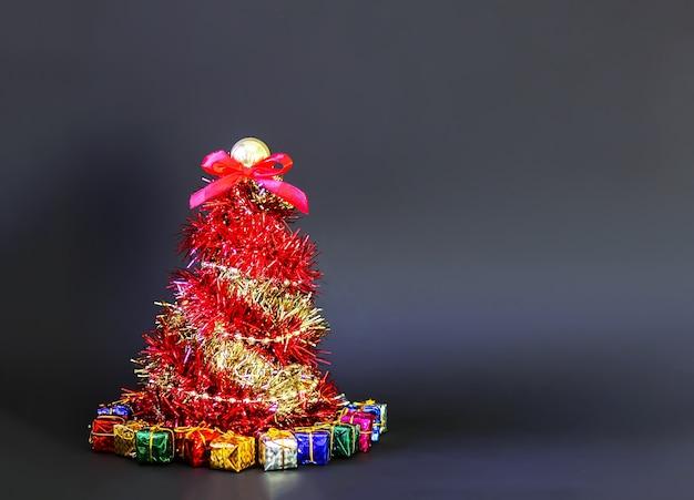 Kerstboom gemaakt van glanzende heldere decoratieve guirlande