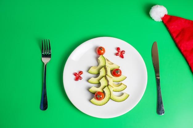 Kerstboom gemaakt van groenten en fruit