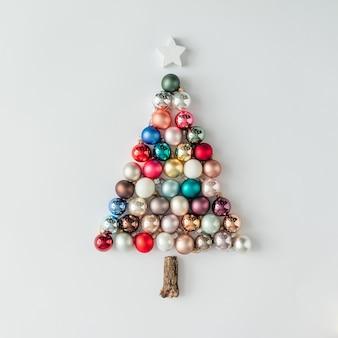 Kerstboom gemaakt van kerstbal decoratie. minimaal nieuwjaarsconcept.
