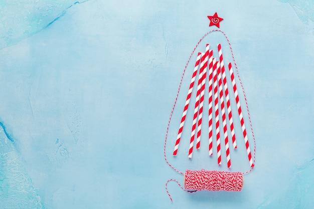 Kerstboom gemaakt van kleurrijk papier drinken
