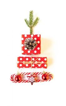 Kerstboom gemaakt van kleurrijke geschenken en geschenken.