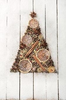 Kerstboom gemaakt van kruiden op houten achtergrond
