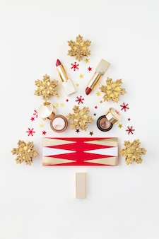 Kerstboom gemaakt van make-up producten