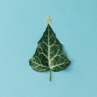 Kerstboom gemaakt van natuurlijk blad. plat leggen. minimaal seizoenconcept.