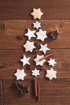 Kerstboom gemaakt van peperkoekkoekjes