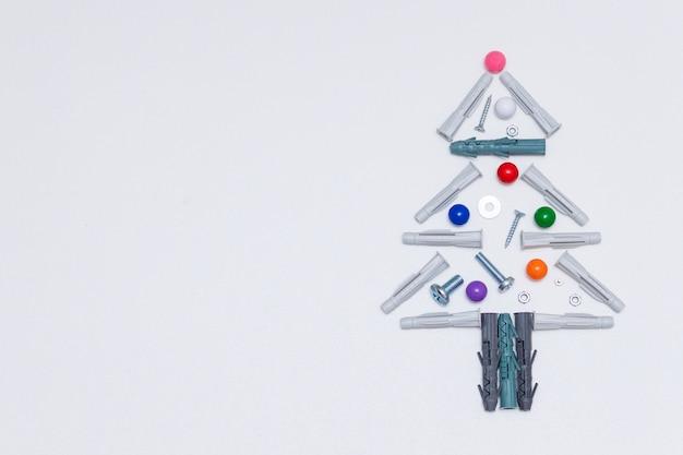 Kerstboom gemaakt van rapair gereedschap, moeren, schroeven, pluggen. kopieer ruimte.