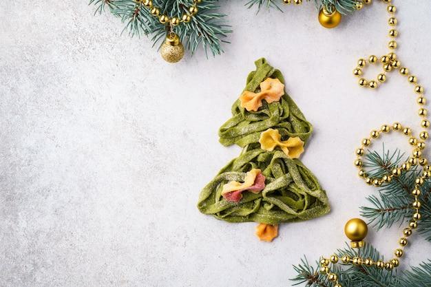 Kerstboom gemaakt van verse zelfgemaakte spinazie pasta