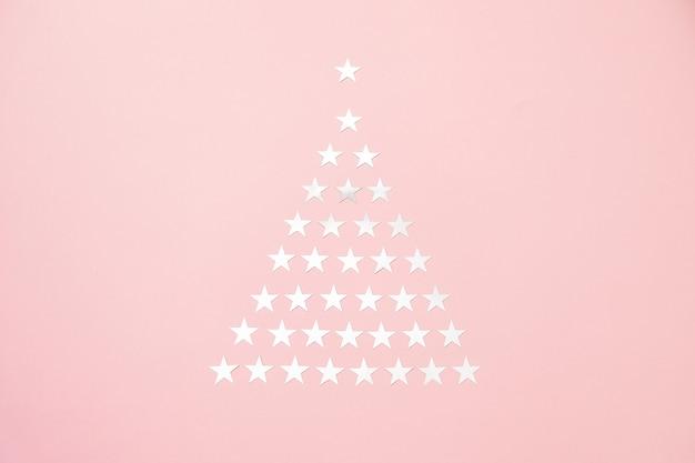 Kerstboom gemaakt van zilveren ster hagelslag confetti. plat leggen. vakantie concept