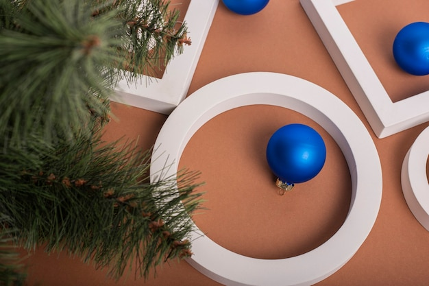 Kerstboom, geometrische vormen, decoraties, geschenken. banier. plat lag, bovenaanzicht.