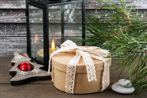 Kerstboom, geschenkdoos en kaars