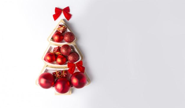 Kerstboom gevormd door rode kerstballen. kopieer ruimte, horizontale banner.