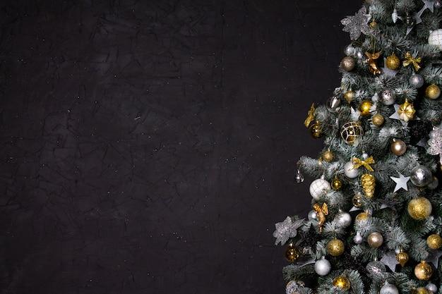 Kerstboom in de hoek van de afbeelding als symbool van het nieuwe jaar en kerstmis