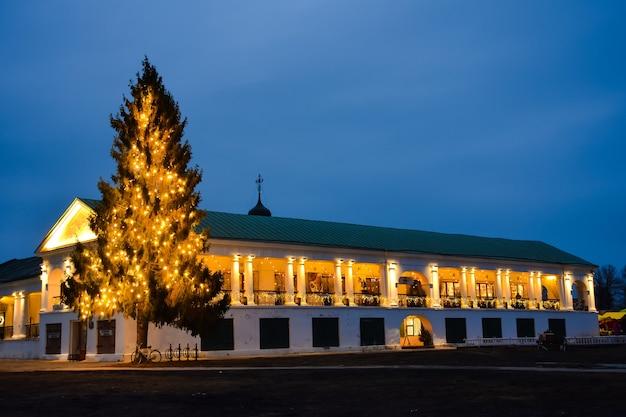 Kerstboom in de markt in suzdalkerstboom in de winkelgalerij van suzdal kerstdecoratie