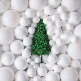 Kerstboom in de witte decoratie van sneeuwballen.