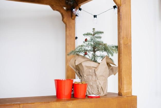 Kerstboom in een handtas en decor. kopieer ruimte