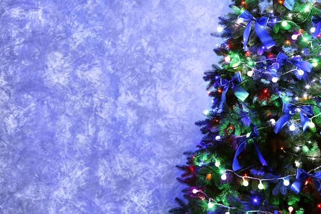 Kerstboom in een kamer op muurachtergrond