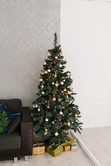 Kerstboom in het decor van de woonkamer of eetkamer ingericht voor kerstmis of nieuwjaar