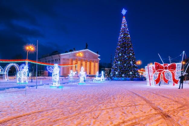Kerstboom in het stadscentrum in de achtergrondverlichting