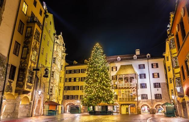 Kerstboom in het stadscentrum van innsbruck - oostenrijk