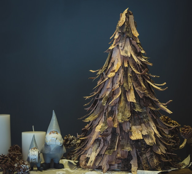 Kerstboom in rustieke stijl gemaakt van gerookt papier