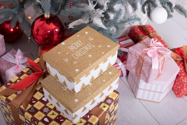Kerstboom. kerstboom. geschenken en speelgoed onder de kerstboom.