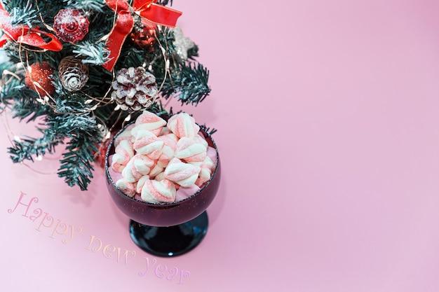 Kerstboom kleurrijke marshmallows in kom