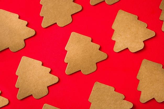 Kerstboom label patroon op rode achtergrond