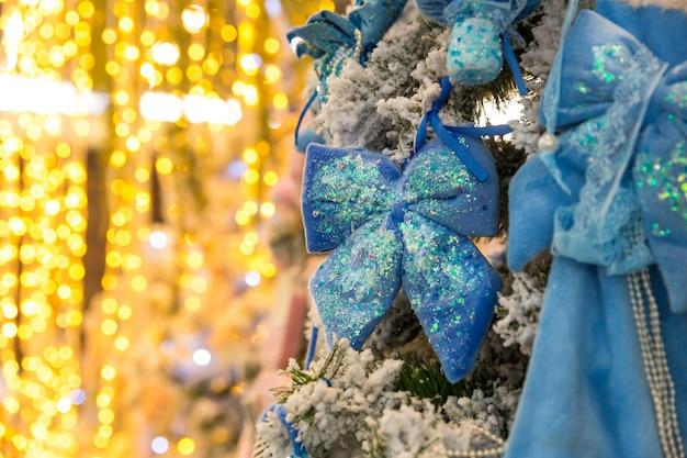 Kerstboom met blauw decor en lichten, garland close-up. kerstdecoratie, nieuwjaar. winter vakantie feest