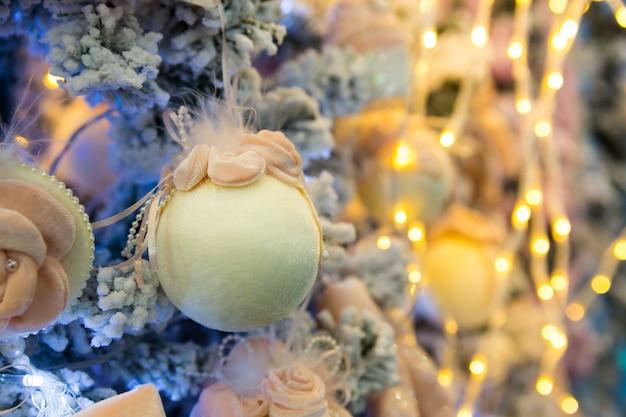 Kerstboom met blauwe ballen en lichten, garland