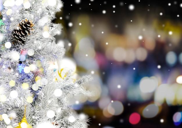 Kerstboom met bokehlicht bij nacht