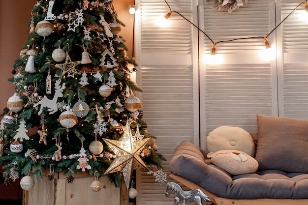 Kerstboom met cadeautjes eronder in de woonkamer.