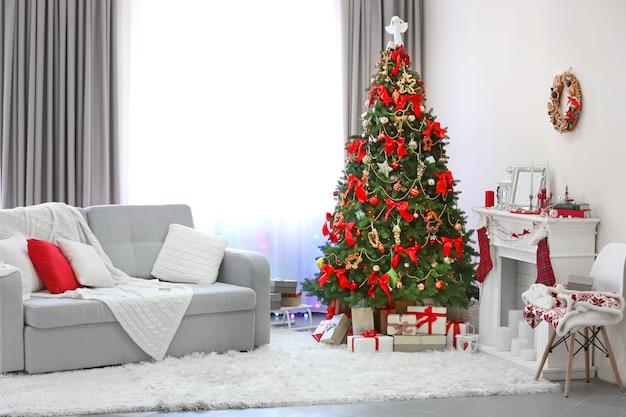 Kerstboom met cadeautjes eronder in woonkamer
