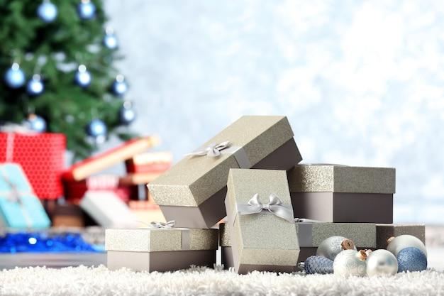 Kerstboom met cadeautjes op de grond