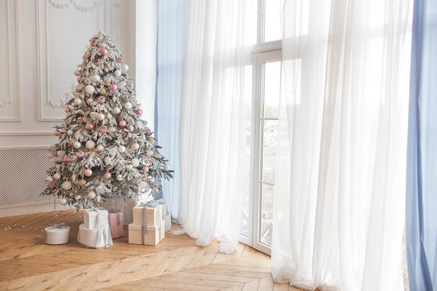 Kerstboom met cadeautjes. xmas achtergrond. vakantie decoratie