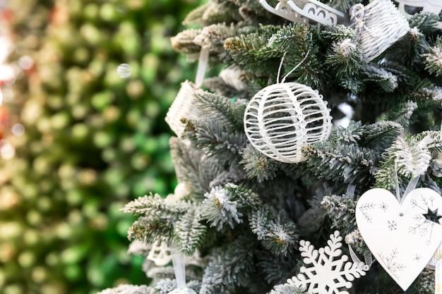 Kerstboom met decor close-up, nieuwjaar
