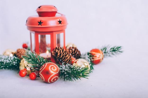 Kerstboom met decoratie op een houten tafel.