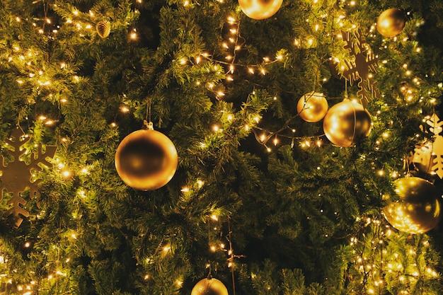 Kerstboom met decoratie,