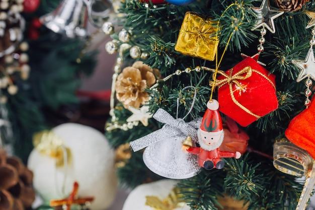 Kerstboom met decoraties en geschenkdozen op houten