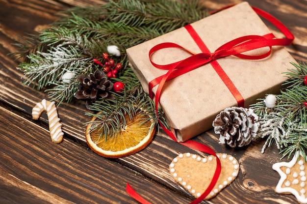 Kerstboom met decoraties op een houten bord en geschenken. kopieer ruimte voor tekst
