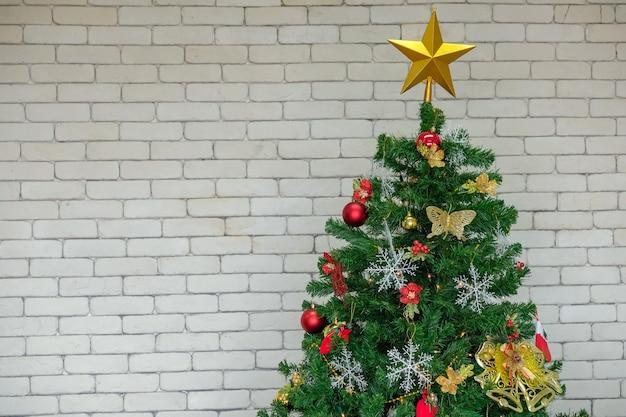 Kerstboom met decoraties